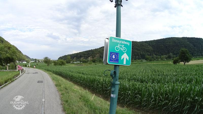 Letrero que indica la ruta del danubio