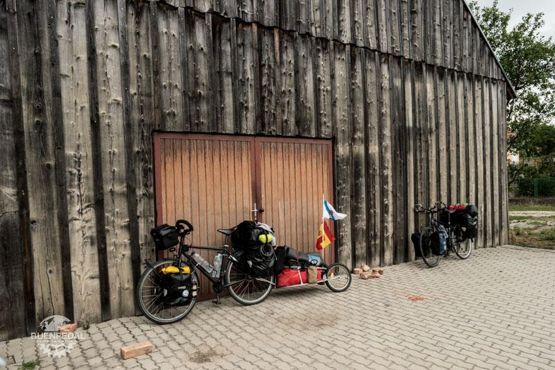 La bicicleta al completo, con el trailer y las 6 alforjas